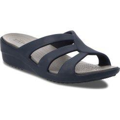 Klapki CROCS - Sanrah Strappy Wedge 204010  Navy/Smoke. Niebieskie klapki damskie Crocs, z tworzywa sztucznego. W wyprzedaży za 149.00 zł.