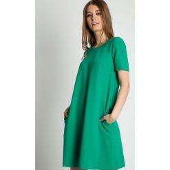Zielona sukienka typu parasolka z krótkim rękawem BIALCON. Zielone sukienki damskie BIALCON, na lato, biznesowe, z kopertowym dekoltem, z krótkim rękawem. Za 295.00 zł.