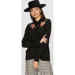 Pepe Jeans - Koszula Dora. Czarne koszule damskie Pepe Jeans, z haftami, z jeansu, casualowe, z klasycznym kołnierzykiem, z długim rękawem. W wyprzedaży za 269.90 zł.