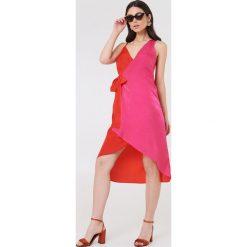 NA-KD Asymetryczna sukienka kopertowa - Pink,Multicolor. Sukienki damskie NA-KD Trend, z asymetrycznym kołnierzem. Za 40.95 zł.