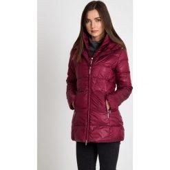 Puchowa bordowa kurtka z wysokim kołnierzem QUIOSQUE. Czerwone kurtki damskie QUIOSQUE, na zimę, z puchu. W wyprzedaży za 349.99 zł.