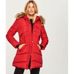 Pikowany płaszcz z kapturem - Czerwony. Czerwone płaszcze damskie Reserved. Za 229.99 zł.