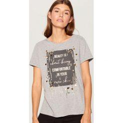 Koszulka z napisem i aplikacją - Jasny szar. Szare t-shirty damskie Mohito, z aplikacjami. Za 59.99 zł.