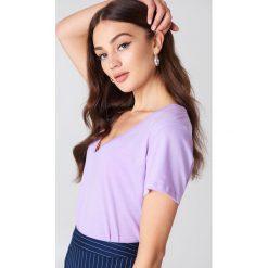 NA-KD Basic T-shirt z dekoltem V - Purple. Fioletowe t-shirty damskie NA-KD Basic, z bawełny. W wyprzedaży za 21.18 zł.
