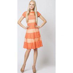 Efektowna sukienka rozkloszowana mr-337b. Brązowe sukienki damskie SALE, wizytowe, z krótkim rękawem. W wyprzedaży za 124.95 zł.