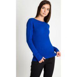 Kobaltowy sweter z błyszczącą lamówką przy dekolcie QUIOSQUE. Niebieskie swetry damskie QUIOSQUE, z dzianiny, z klasycznym kołnierzykiem. W wyprzedaży za 79.99 zł.