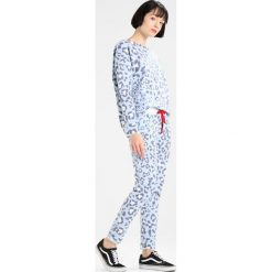 Juvia LEOPARD JOGGER Spodnie treningowe blue. Spodnie sportowe damskie Juvia, z bawełny. Za 579.00 zł.