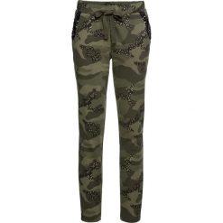 Spodnie dresowe z połyskiem bonprix ciemnooliwkowy moro. Spodnie dresowe damskie marki bonprix. Za 129.99 zł.