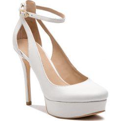 Szpilki GUESS - FL5HRR LEA08 WHITE. Białe szpilki damskie Guess, z aplikacjami, ze skóry ekologicznej. Za 739.00 zł.