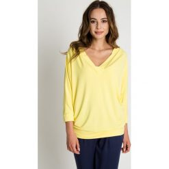 Żółta bluzka nietoperz z dekoltem w serek BIALCON. Żółte bluzki damskie BIALCON, z jeansu, biznesowe, z dekoltem w serek. W wyprzedaży za 92.00 zł.