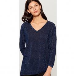 Brokatowy sweter z asymetrycznym dołem - Niebieski. Swetry damskie marki bonprix. Za 89.99 zł.