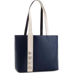 Torebka DKNY - R83AH774 Navy 410. Niebieskie torebki do ręki damskie DKNY, ze skóry. Za 1,109.00 zł.
