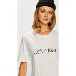 Calvin Klein Jeans - Top. Szare topy damskie Calvin Klein Jeans, z nadrukiem, z bawełny, z okrągłym kołnierzem, z krótkim rękawem. Za 149.90 zł.