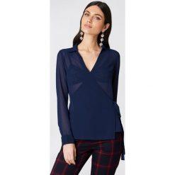 NA-KD Kopertowa koszula szyfonowa - Blue,Navy. Niebieskie koszule damskie NA-KD, z poliesteru, z kopertowym dekoltem. Za 100.95 zł.