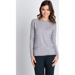 Szary sweter z kokardami QUIOSQUE. Szare swetry damskie QUIOSQUE, z wiskozy, z dekoltem na plecach. W wyprzedaży za 79.99 zł.
