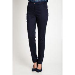 Granatowe klasyczne spodnie z regularnym stanem QUIOSQUE. Czarne spodnie materiałowe damskie QUIOSQUE, w paski, z bawełny. W wyprzedaży za 99.99 zł.