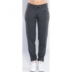 Spodnie kaszmirowe w kolorze antracytowym. Spodnie sportowe damskie marki Nike. W wyprzedaży za 391.95 zł.