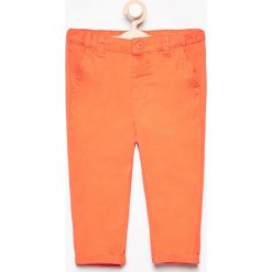 Spodnie chino - Pomarańczo. Spodenki niemowlęce marki Reserved. W wyprzedaży za 19.99 zł.