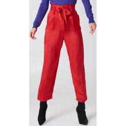 NA-KD Party Satynowe spodnie z wiązaniem w talii - Red. Czerwone spodnie materiałowe damskie NA-KD Party, z haftami, z satyny. Za 80.95 zł.