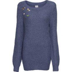Sweter dzianinowy z odpinanymi broszkami bonprix indygo. Niebieskie swetry damskie bonprix, z dzianiny. Za 109.99 zł.
