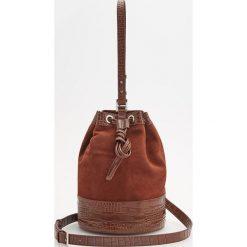 Skórzana torebka typu worek - Brązowy. Brązowe torebki do ręki damskie Reserved. Za 349.99 zł.