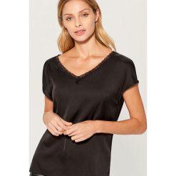 Koszulka z koronkową lamówką - Czarny. Czarne t-shirty damskie Mohito, z koronki. Za 59.99 zł.