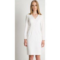 Sukienka ecru w długimi rozkloszowanymi rękawami BIALCON. Szare sukienki damskie BIALCON, eleganckie, z kopertowym dekoltem, z długim rękawem. Za 285.00 zł.