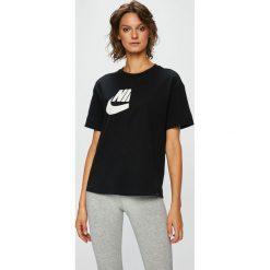 Nike Sportswear - Top sportowy. Szare topy damskie Nike Sportswear, z nadrukiem, z bawełny, z okrągłym kołnierzem, z krótkim rękawem. W wyprzedaży za 149.90 zł.