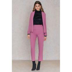 FAYT Spodnie Porter - Purple. Fioletowe spodnie materiałowe damskie FAYT, w kwiaty, z poliesteru. Za 178.95 zł.
