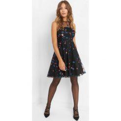 Rozkloszowana sukienka z haftem. Czarne sukienki damskie Orsay, z haftami, z bawełny, wizytowe, z okrągłym kołnierzem. Za 219.99 zł.