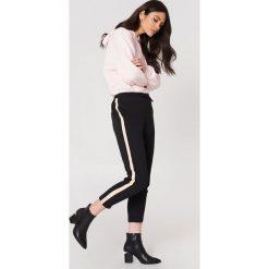 Rut&Circle Spodnie z lampasami Elin - Black. Czarne spodnie materiałowe damskie Rut&Circle, z tkaniny. Za 121.95 zł.
