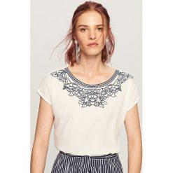 T-shirt z ozdobnym dekoltem - Kremowy. T-shirty damskie marki DOMYOS. W wyprzedaży za 34.99 zł.