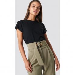 NA-KD Basic T-shirt z surowym wykończeniem - Black. Czarne t-shirty damskie NA-KD Basic, z bawełny, z okrągłym kołnierzem. Za 52.95 zł.