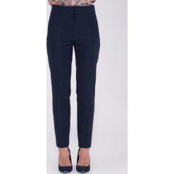 Granatowe spodnie w kant z podwyższonym stanem QUIOSQUE. Szare spodnie materiałowe damskie QUIOSQUE. W wyprzedaży za 89.99 zł.