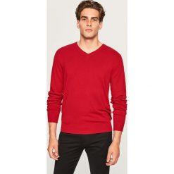Sweter z dekoltem w serek - Czerwony. Czerwone swetry przez głowę męskie Reserved, z dekoltem w serek. Za 79.99 zł.