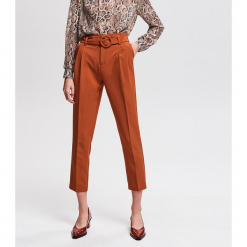 Spodnie z kantem - Brązowy. Brązowe spodnie materiałowe damskie Reserved. Za 119.99 zł.