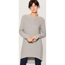 Długi sweter z asymetrycznym dołem - Jasny szar. Szare swetry damskie Mohito, z asymetrycznym kołnierzem. Za 99.99 zł.