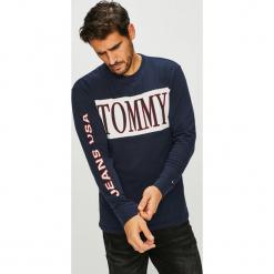 Tommy Jeans - Longsleeve. Czarne bluzki z długim rękawem męskie Tommy Jeans, z nadrukiem, z bawełny, z okrągłym kołnierzem. Za 199.90 zł.