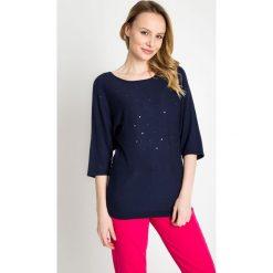 Granatowy sweter z nietoperzowymi rękawami QUIOSQUE. Niebieskie swetry damskie QUIOSQUE, ze splotem, z okrągłym kołnierzem. W wyprzedaży za 49.99 zł.