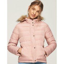 Pikowana kurtka z kapturem - Różowy. Czerwone kurtki damskie Sinsay. W wyprzedaży za 59.99 zł.