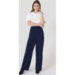 NA-KD Szerokie spodnie z wysokim stanem - Blue,Navy. Niebieskie spodnie materiałowe damskie NA-KD, z poliesteru. Za 202.95 zł.