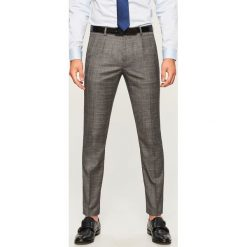 Spodnie garniturowe w kratę - Szary. Szare eleganckie spodnie męskie Reserved. Za 169.99 zł.