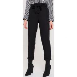 MANGO Spodnie z miękkiej tkaniny - Black. Spodnie materiałowe damskie Mango, z lyocellu. W wyprzedaży za 42.59 zł.
