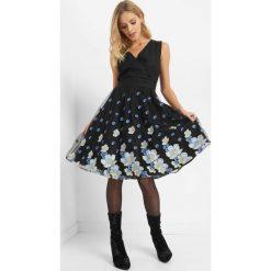 Tiulowa sukienka z haftem. Czarne sukienki damskie Orsay, z haftami, z bawełny, wizytowe, z kopertowym dekoltem. Za 219.99 zł.