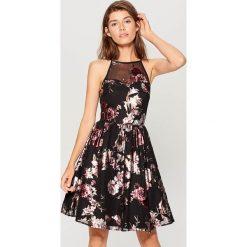Rozkloszowana sukienka w kwiaty - Czarny. Czarne sukienki damskie Mohito, w kwiaty. Za 149.99 zł.