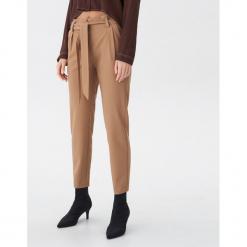 Spodnie z wiązaniem - Beżowy. Brązowe spodnie materiałowe damskie House. Za 99.99 zł.