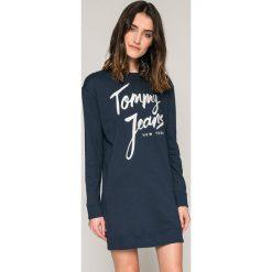Tommy Jeans - Sukienka. Czarne sukienki damskie Tommy Jeans, z nadrukiem, z bawełny, casualowe, z okrągłym kołnierzem, z długim rękawem. W wyprzedaży za 269.90 zł.