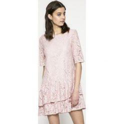 Answear - Sukienka Garden of Dreams. Sukienki damskie ANSWEAR, z koronki, eleganckie, z okrągłym kołnierzem, z krótkim rękawem. W wyprzedaży za 119.90 zł.