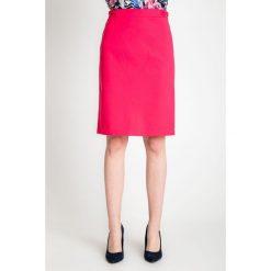 Różowa gładka ołówkowa spódnica QUIOSQUE. Czerwone spódnice damskie QUIOSQUE, w kropki, z bawełny, biznesowe. W wyprzedaży za 49.99 zł.