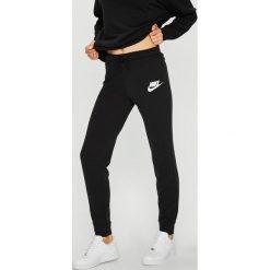 Nike Sportswear - Spodnie. Szare spodnie sportowe damskie Nike Sportswear, z bawełny. W wyprzedaży za 179.90 zł.